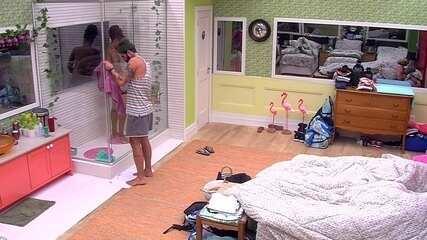 Wagner abre a porta do chuveiro e não fala com Viegas