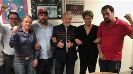 Lula posa para foto ao lado de lideranças políticas após ordem de prisão