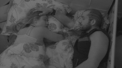Kaysar e Jéssica dormem sozinhos no Quarto Tropical