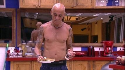 Ayrton come torrada com requeijão na cozinha