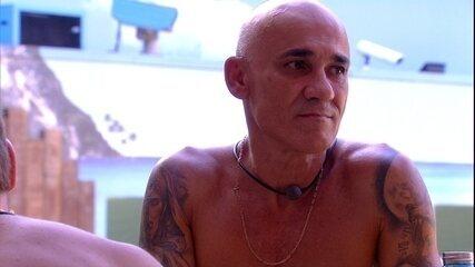 Ayrton se preocupa com conversa de Ana Clara e Paula: 'Estão brigando?'