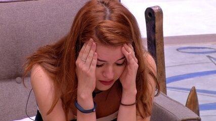 Na sala, Ana Clara chora ao ouvir gritos de Kaysar