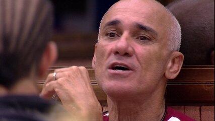 Ayrton pergunta para Paula: 'Quer que eu fale alguma coisa com seu pai, se eu sair?'