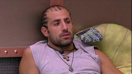 Kaysar pede ajuda a Ayrton com cabelo: 'Não consigo fazer sozinho'