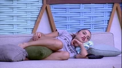Paula descansa na beira da piscina em Noite de Eliminação