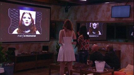 Ana Clara assiste ao vídeo da cápsula do tempo da Festa Fiat Cronos