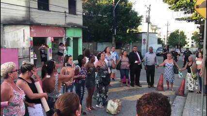 Parentes de presos em operação contra a milícia rezam após Justiça decretar soltura