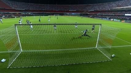 Roger Guedes recebe na cara do gol, mas Sidão faz milagre, aos 13' do 1º tempo