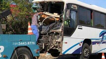 Acidente entre caminhão de lixo e ônibus deixa 20 feridos em Alvorada