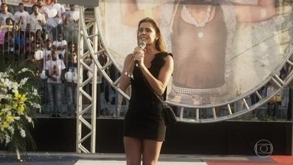 Karola anuncia que está esperando um filho de Beto e Laureta desconfia