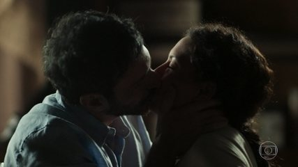 Edgar e Cacau se beijam