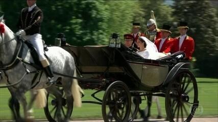 Súditos acampam por dias para ver o passeio do casal em carruagem aberta