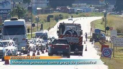 Caminhoneiros seguem bloqueando distribuidoras de combustíveis e rodovias em Goiás