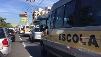 Motoristas de vans fazem protesto contra a alta do diesel em Sorocaba