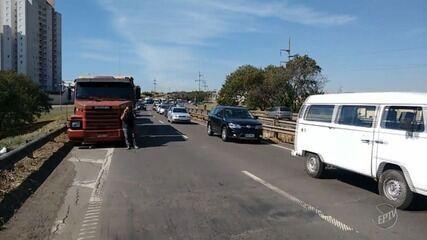 Caminhoneiros protestam na Rodovia Geraldo de Barros, entre Piracicaba e São Pedro