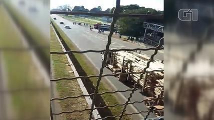 Caminhão é atingido por pedra durante ato contra o preço do diesel em Itapetininga
