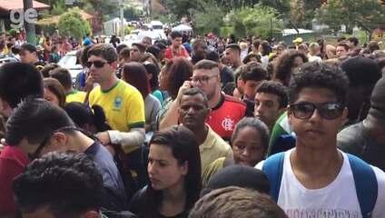 Torcedores se aglomeram na Granja Comary para acompanhar treino da Seleção Brasileira