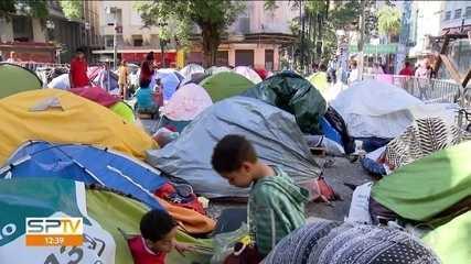 Famílias que moravam em prédio que desabou continuam acampadas no Largo do Paissandu