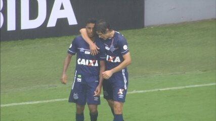 Gol do Santos! Rodrygo passa por marcadores na área e faz um golaço na Vila aos 25 do 1º
