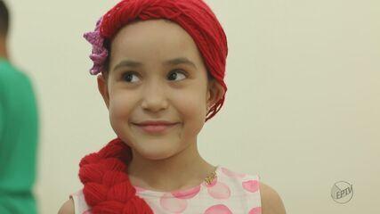 Voluntários de Araraquara produzem 'perucas de princesas' para crianças com câncer