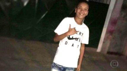 Parentes e amigos se despedem do estudante morto quando ia para a escola no Rio