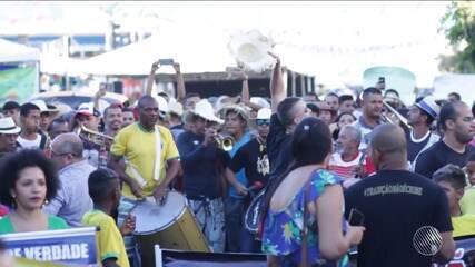Grupo se reúne para protestar contra a proibição da guerra de espadas em Senhor do Bonfim