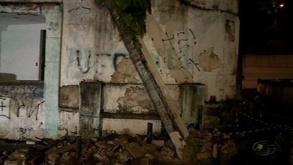 Defesa Civil interdita prédio no centro de Maceió após parte da parede desabar