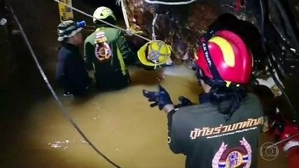 Esquipes de resgate correm contra o tempo para salvar garotos presos em caverna
