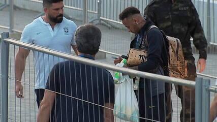 Neymar autografa bola de jovem torcedor no desembarque da seleção em hotel em Kazan
