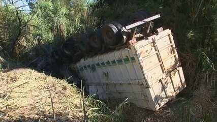 Motorista morre carbonizado após carreta capotar e pegar fogo em rodovia do interior de SP
