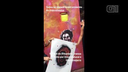 Malala Yousafzai visita comunidade na Zona Sul do Rio e faz grafiti de Marielle Franco