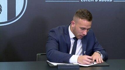 Arthur é apresentado e assina contrato com o Barcelona