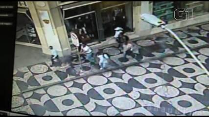 VÍDEO: Suspeitos dão empurrão e simulam ajuda para furtar pedestres em Curitiba