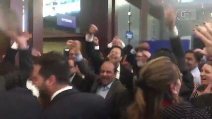 Funcionários da Sterlite comemoram resultado do leilão