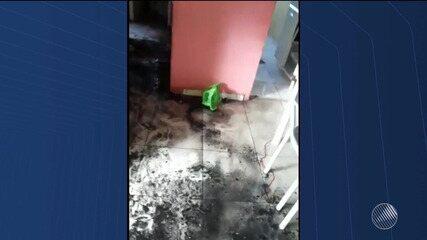Imóvel é parcialmente incendiado após crianças atearem em fogo colchão em Feira de Santana