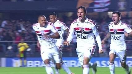 Gol do São Paulo! Nenê cobra escanteio e Anderson Martins desvia de cabeça, aos 10' do 2T