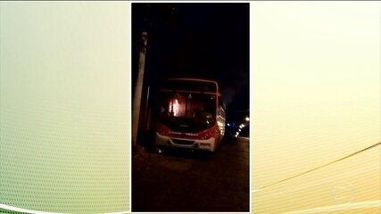 Criminosos colocam fogo em ônibus com motorista dentro do veículo, em Contagem.