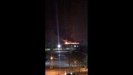 Moradores filmam incêndio no Riocentro
