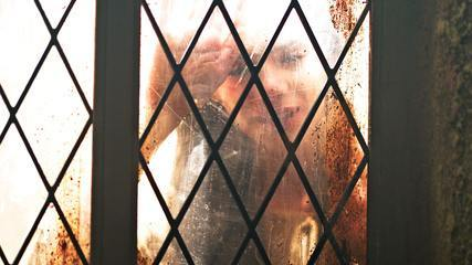 Confira cena exclusiva de 'Deus Salve o Rei': Augusto brinca com a neta e Catarina observa do lado de fora