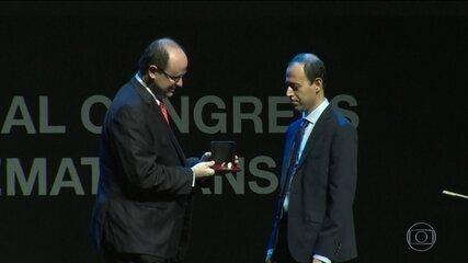 Polícia identifica dois suspeitos de roubar medalha Fields de iraniano