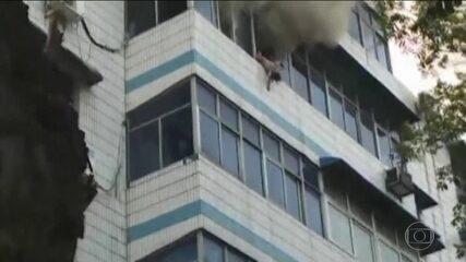 Mâe morre ao salvar os filhos de um incêndio na China