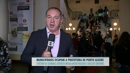 Municipários ocupam a prefeitura de Porto Alegre