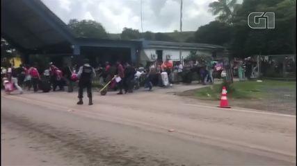 Venezuelanos atravessam a fronteira após ataques em Roraima