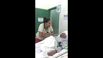 Médica do AC canta música de Roberto Carlos para paciente de 92 anos e vídeo viraliza