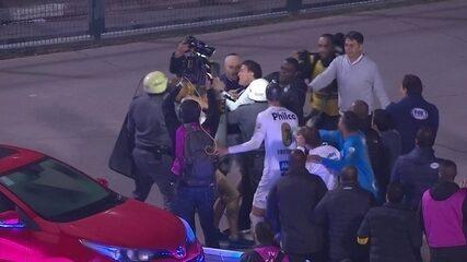 Cuca tenta proteger torcedor que invadiu o campo e se desentende com policiais