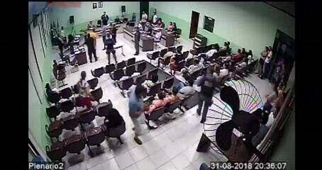 Réu arremessa garrafa d'água em juiz durante júri em MT