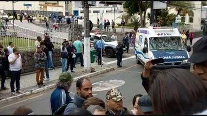 Em ambulância, Jair Bolsonaro deixa Santa Casa; ele será transferido para SP
