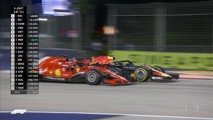 Verstappen faz parada, volta brigando com Vettel e leva a melhor