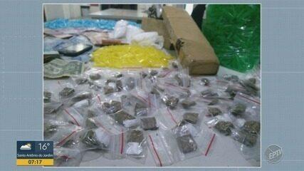 Dois jovens são presos por suspeita de tráfico de drogas, em Campinas