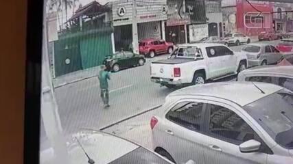 Homem é agredido por motoristas na rua Antônio Barreto, em Belém